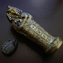 Descripción: Recreación a escala de la tumba tallada del faraón Tutankkamón (Neb-jeperu-Ra Tut-anj-Amón) junto al Escarabajo Sagrado del Antiguo Egipto.